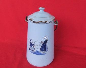 ancien récipient à lait au décors émaillé de jeune Breton en train de filer de la laine,  couleur bleu ciel,contenedor de leche viejo