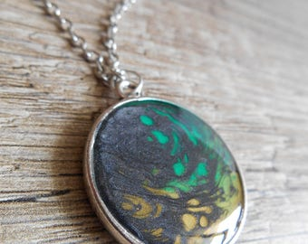 Necklace with silver cabochon pendant reversible green yellow black