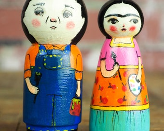 Frida y Diego - Wood Kokeshi art dolls by Danita. Hand painted wood peg dolls, the famous Mexican artists in mini art doll form toys.