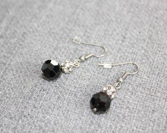 Boucles d'oreilles fantaisie, Fancy earrings, cristal, cristaux, noir, chic, noel, intemporel, classique, courte, short, black earrings