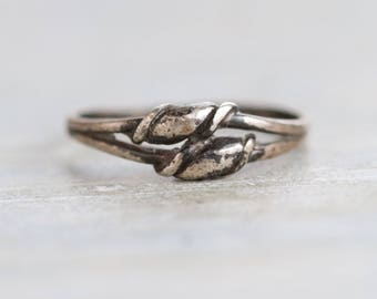 Dainty Silver Ring - Sterling Silver Stylized Knots - Ring Size 7.5 - 80s Fashion Oxidized Jewelry