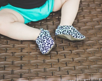 Snow Leopard Baby Shoes // Animal Print Baby Booties, Black and White Moccs, Monochromatic Soft Sole Shoes, Monochrome Moccasins, Cheetah