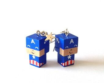 """Boucles d'oreilles figurines cubiques kawaï en bois """"Captain America"""" - peintes à la main"""