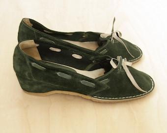 70s green suede pumps. Emerald suede heels. Vintage green wedges. Green suede shoes. Hippy suede shoes. size 6