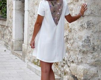 Robe courte été, dos nu avec incrustation de tulle brodé, dentelle fleurie. Petites manches courtes. Robe trapèze évasée. robe mariée courte
