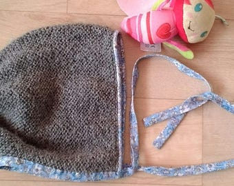 Baby bonnet knitted in Alpaca, edged with past-poiul Liberty and closed with bias