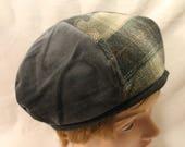 Chapeau béret forme gavroche en laine et velours gris et beige. Taille 60.