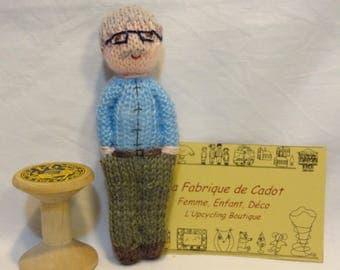 Petite poupée tricotée le papi, mini poupée en laine, poupée grand père, marionnette en laine.