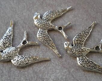 Breloques oiseaux, Pendentifanimal oiseau - hirondelle ailes - métal argenté - 24.5 x 17 mm