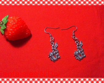A pair of earring hook, very pretty Asian dragon silver