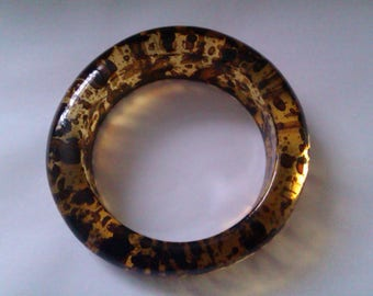 hard plastic amber coloured brown speck Lucite bangle
