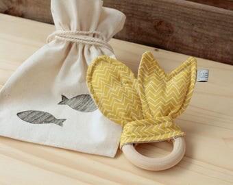 "Natural Wood Teether | ""Peixets"" mustard"
