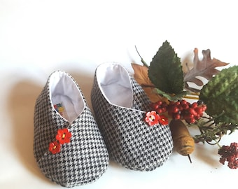 Newborn shoes kimono in black and white checked wool