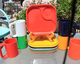 1980's Vintage Ingrid of Chicago ? Party Snax ? Set of 12 - 12 Square Plates 6 Mugs - Plastic / RV / Picnic - Very Good Condition