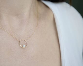 Balancing Pearl Circle Necklace in 14 Karat Gold