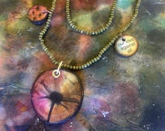 Wooz - Flower - gioiello ciondoli in legno fatti a mano -  collana doppio giro perline verde militare. pezzo unico! Personalizzabile
