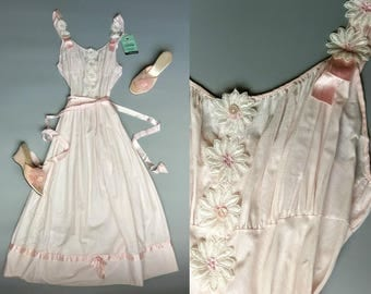vintage 1950s nightgown pastel pink with daisy applique and ribbons / xs extra small