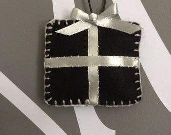 Felt christmas tree decoration - black/silver present
