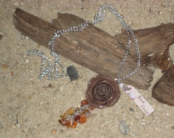 Long necklace with rose in resin and pearl of gemstone