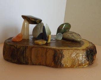Centre de table - objet  en pierres minérales naturelles sur tranches de bois d'acacia