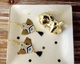 Boucle d'oreille ethnique en tissage de perles de miyuki et pompon bleu foncé