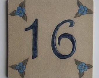 Plate original sandstone, beige '16' number front door and linen flowers