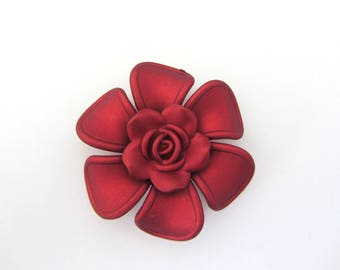 1 Pearl, connector, between two red flower