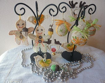"""Christmas decoration: recycled bulbs, and little """"Spice piain"""" or gingerbread man"""