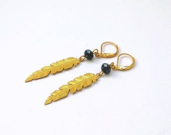 CHEYENNE - Gold pearl earrings with blue glass and feather gold