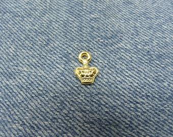 Crown pendant necklace - gold