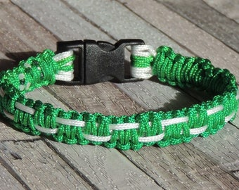 Bracelet sports graphic effect green and white macrame