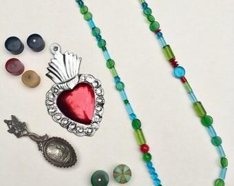 Collier long vert et bleu en perles de verre translucides