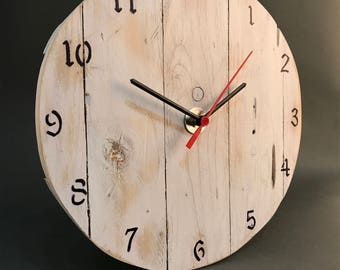 grande horloge en bois de palette revaloris. Black Bedroom Furniture Sets. Home Design Ideas