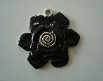 Black metal flower pendant
