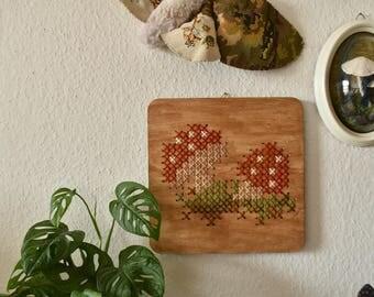 Handgemaakt geborduurd muurdecoratie - hout paneel met een paddestoelen. Herfst voor je interieur