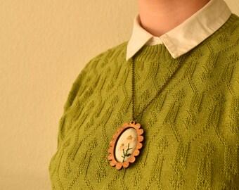 Geborduurde ketting - Vintage look sieraad, een mooie handgemaakte ketting met hout en katoen. Met madeliefje