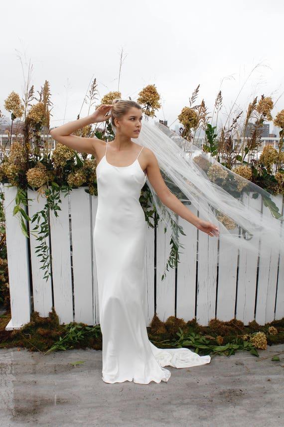 AUFTAUCHEN: Seide Krepp schräg geschnittenem Brautkleid mit