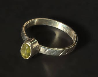 925 sterling silver ring with bezel set peridot