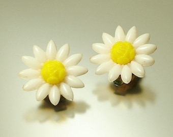 Vintage/ estate 1960s kitsch mod white / yellow plastic daisy, costume clip on earrings - jewelry jewellery