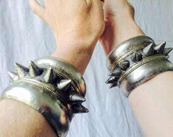 Bracelet manchette en tribal Kuchi Spike paire. Goth Punk Boho.