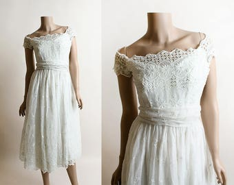 Vintage 1950s White Dress - Holiday Snowflake Eyelet Cotton Voile Dress with Matching Sash - Sweetheart Neckline - Small XS