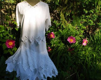 Summer fashion vintage 80s crisp white set: skirt and top with a zigzag trim, cutouts, flowers embroidery. Made by Bali emerald. Size M-L.