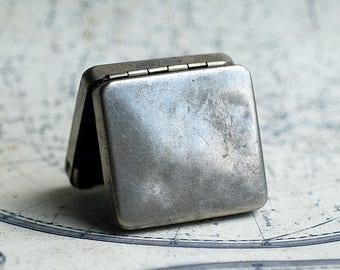 vintage little metal box, old box, antique or vintage, coolvintage, collectibles, looks great, UA
