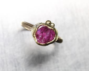 Raw Cherry Pink Ruby Engagement Ring 22K 14K Yellow Gold Silver Freeform Bridal Design July Birthstone Organic Boho Bezel Cup - Kirschkelch