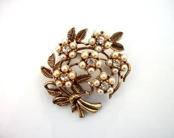Bouquet of Pearl Flowers Brooch Pin Collectible in Vintage Gold Tone Floral Classic Costume Jewelry for Women