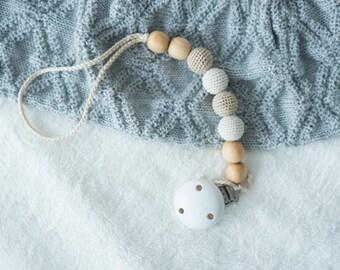 Baby Shower Gift - Neutral Wooden Pacifier Clip i Juniper Wood - KangarooCare