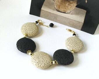 Bracelet Pierre de Lave beige et noire, lentilles 25mm / métal doré et plaqué or / Black and beige lava bracelet gold plated