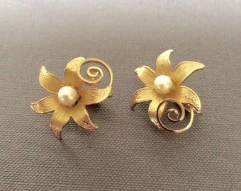 Vintage Goldtone Floral Earrings / Flower with Pearl Center Clip Earrings / Retro Flower Earrings