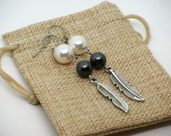Boucles d'oreilles plumes//pearl nacré blanche//gris vert//feather earrings//white mother of pearl//handmade