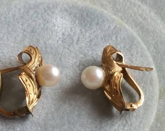 Vintage  14kt Gold and Pearl pierced earring